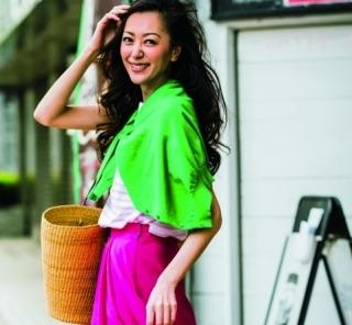 お出かけしたくなる日曜はピンクのカラースカートが活躍!