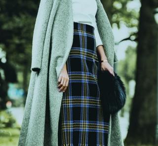 12/13 Wed. 華やか柄スカートは、コートを肩で羽織るスタイルで2度目立つ
