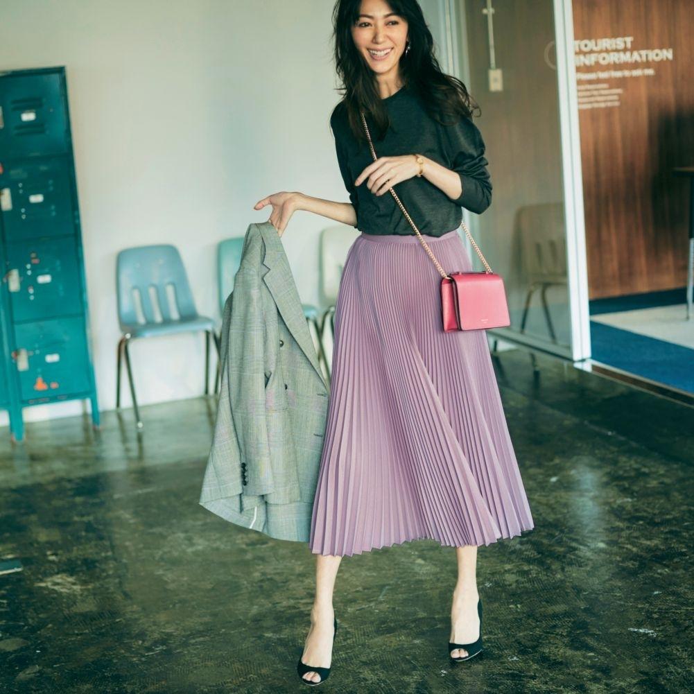 春のスカートコーデ15選 13. どんな色とも好相性の【ピンクバッグ】は同系色スカート合わせで