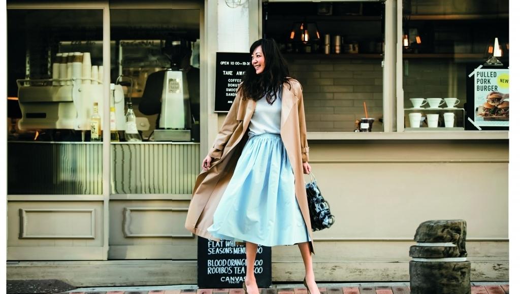 春のスカートコーデ15選 7.【トレンチコート】と春色スカートで気分を上げて春物を買いに!