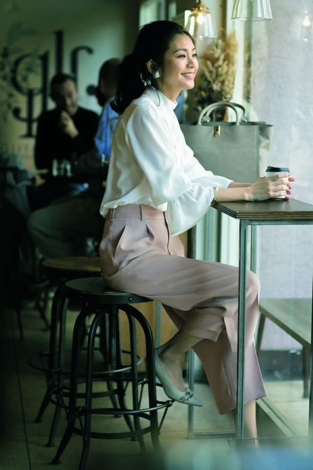 春のパンツコーデ18選 4.【マシーンウォッシャブル】な白ブラウスが働く40代の強い味方!