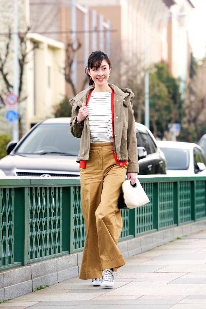 パンツ編 寒暖差のある春先のカフェ巡りは、アクセントにもなるキレイ色カーデの重ね着スタイルで