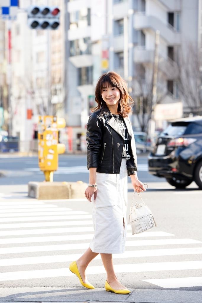 スカート編 ロゴT×レザーの辛口スタイルには、春カラーで女らしさをプラス