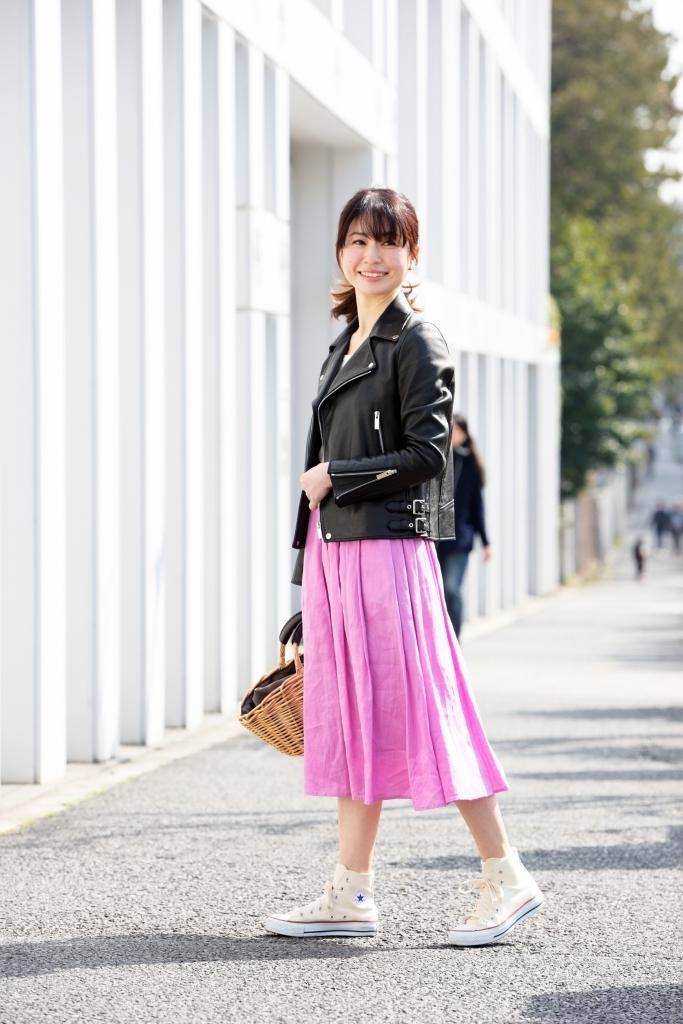 スカート編 春らしいかごバッグをプラスして、甘×辛&重×軽のミックスバランスを楽しみます
