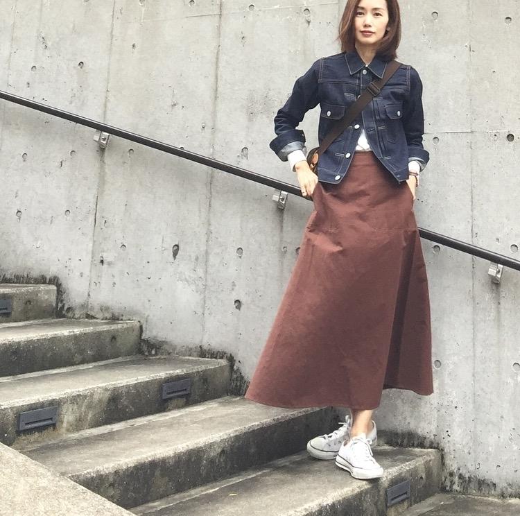 春アウターと合わせるスカートコーデ コーデ1. デニムジャケット×ロングスカート