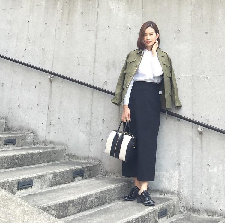 春アウターと合わせるスカートコーデ コーデ4. ミリタリージャケット×ロングタイトスカート