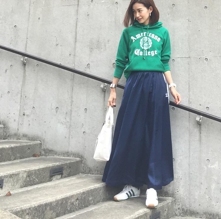 春トップスと合わせるスカートコーデ コーデ6. パーカー×ロングスカート