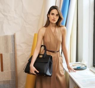 多様なライフスタイルに応えるフェラガモのワンストップソリューションなバッグ