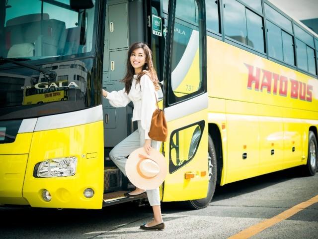 【デニムパンツ+ぺたんこ靴】コーデ デニムにひとくせスウェットトップスでバス移動も旅先でも動きやすく