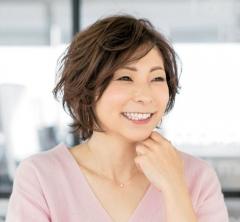 【40代の毎日ヘアスタイル】ニュアンスパーマの楽し気ショートヘア