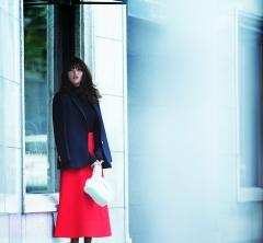 慣れた紺ブレなら、主役級の【赤いスカート】を存分に生かせます [12/4 Tue.]