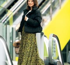 【街のオシャレ40代SNAP!January⑨】寒い日のダウンもスカートとヒールで華やかに