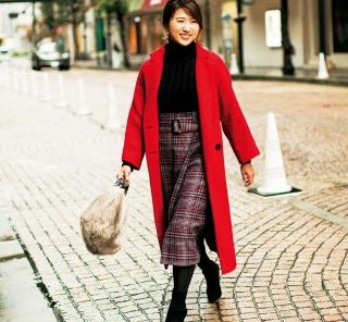 【街のオシャレ40代SNAP!February①】ミラオーウェンのトレンドスカートを赤いコートで盛り上げて