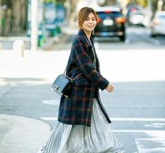 【街のオシャレ40代SNAP!March⑤】シルバースカートにカジュアルなスニーカーが好相性