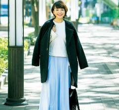 【街のオシャレ40代SNAP!March②】コートは肩掛けで着るとこなれ感がアップ
