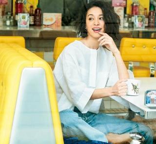 気の置けない友達とカフェで待ち合わせ。甘めデザインの【大人ブラウス】が便利 [4/13 Sat.]