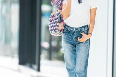 【街のオシャレ40代SNAP!July10th】白T×デニムには夏っぽい派手バッグを
