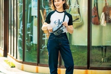 【街のオシャレ40代SNAP!August⑥】ロゴT×デニム×スニーカーを女らしくする方法