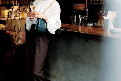 連休最終日は近所のバーへ。女っぽくてトレンドも高いハイネックブラウスで[9/23 Mon.]