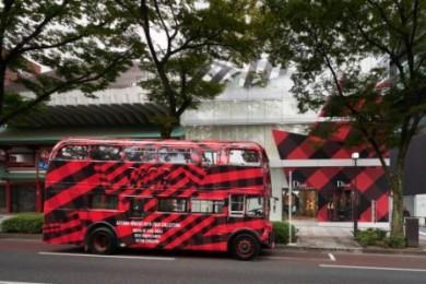 チェック柄のラッピングバスも登場!ディオール、伊勢丹出店20周年を記念したポップアップストアがオープン!