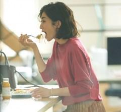 【日めくり7days②Wed】社内でサクッとランチ。一日中オフィスワークの日はきれい色ニットでテンションUP