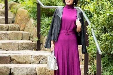 【街のオシャレ40代SNAP! October⑭】秋色パープルのセットアップで、トレンド感と着まわし力を
