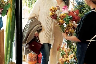 手土産を買いに花屋に。【ニット×デニム】のワンツーコーデもカットオフデニムなら垢ぬける[11/20 Wed.]