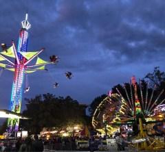 夜の移動式遊園地