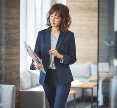 【日めくり7days⑦Mon】社内会議はシャツがもたつかない美脚パンツスーツで気合を入れます