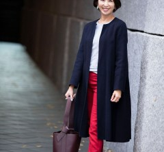 【街のオシャレ40代SNAP! December⑭】シンプルスタイルにはカラーパンツがよく映える!