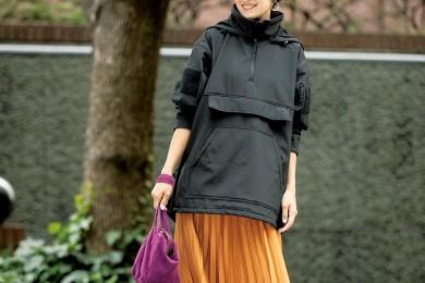 【街のオシャレ40代SNAP! November⑦】アウトドアアウターはスカートで女らしさを足して