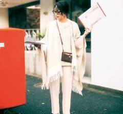 【ポンチョ】を羽織ったオール白コーデが真冬の街に映える[2/13 Thu.]