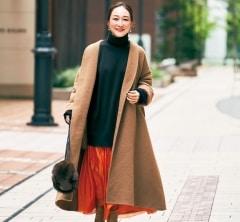【街のオシャレ40代SNAP! January⑧】ゆるっとコートにはツヤスカートで華やかさを