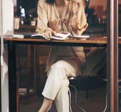 春の大トレンド【ツヤ】ブラウスを着て一人時間のカフェタイム♪[3/9 Mon.]