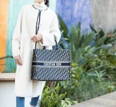 【街のオシャレ40代SNAP!March①】冬の白ロングコートは、爽やかにすらっと姿勢良くきまるコーデで