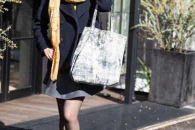 【街のオシャレ40代SNAP!March②】ストールをポイントに、冬でも軽やかに見えるスニーカーコーデ