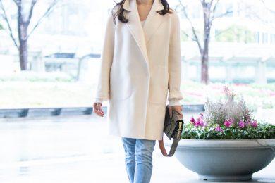 【街のオシャレ40代SNAP!Feb28th】暗くなりがちな冬だからこそ、白いコートで顔周りを華やかに!