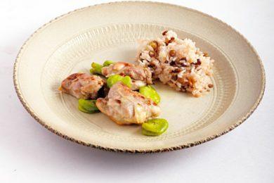 鶏肉とそら豆のオイル蒸しレンズ豆ごはん添え【プロに聞いたお家ごはんレシピ】