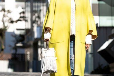 【街のオシャレ40代SNAP!March⑧】冬の大人コーデをぐっと盛り上げる、華やかなイエローコート