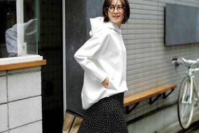 肌寒い日に活躍する【ビッグパーカ】には、フェミニンなスカートがベストバランス[5/22 Fri.]