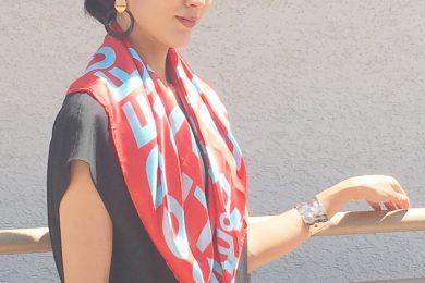 スカーフの簡単アレンジで幾通りものイメージを楽しみます|ネット通販でSTORYライター何買った?