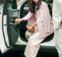 【街のオシャレ40代SNAP!June②】顔映りがいいピンクなら、トップスでも大丈夫