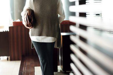 40代の体型悩みを救う「前後差」のリブニットならさらっとキマる[10/6 Tue.]