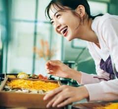 高垣麗子さんは、3歳の娘さんに高垣家の正月の味を伝える機会に 今年は帰省しないで楽しむ「ゆく年くる年」