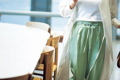 「サテンパンツ」で、さらっと気取らない大人のオシャレ![3/16 Tue.]