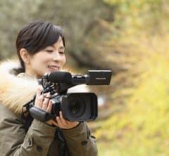 「3.11の中継場所は、年々被害がわかりやすい場所へと移動していくんです」<br>ドキュメンタリー監督・笠井千晶さんが見続けた10年