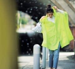 ネオンカラーのポンチョが雨模様でも気分を上げてくれる[5/2 Sun.]