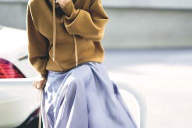 【ゆるパーカ×ゆるスカート】は落ち感あるサテン素材ならボリュームダウンした着こなしに[5/6 Thu.]