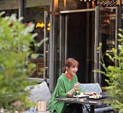 【丸の内・日めくり7days⑤】賑やかなテラスランチでは、旬のグリーントップスで華やかな印象に