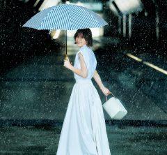 """雨の日に避けがちな""""白""""も撥水できる「最新テック服」なら、大丈夫!"""